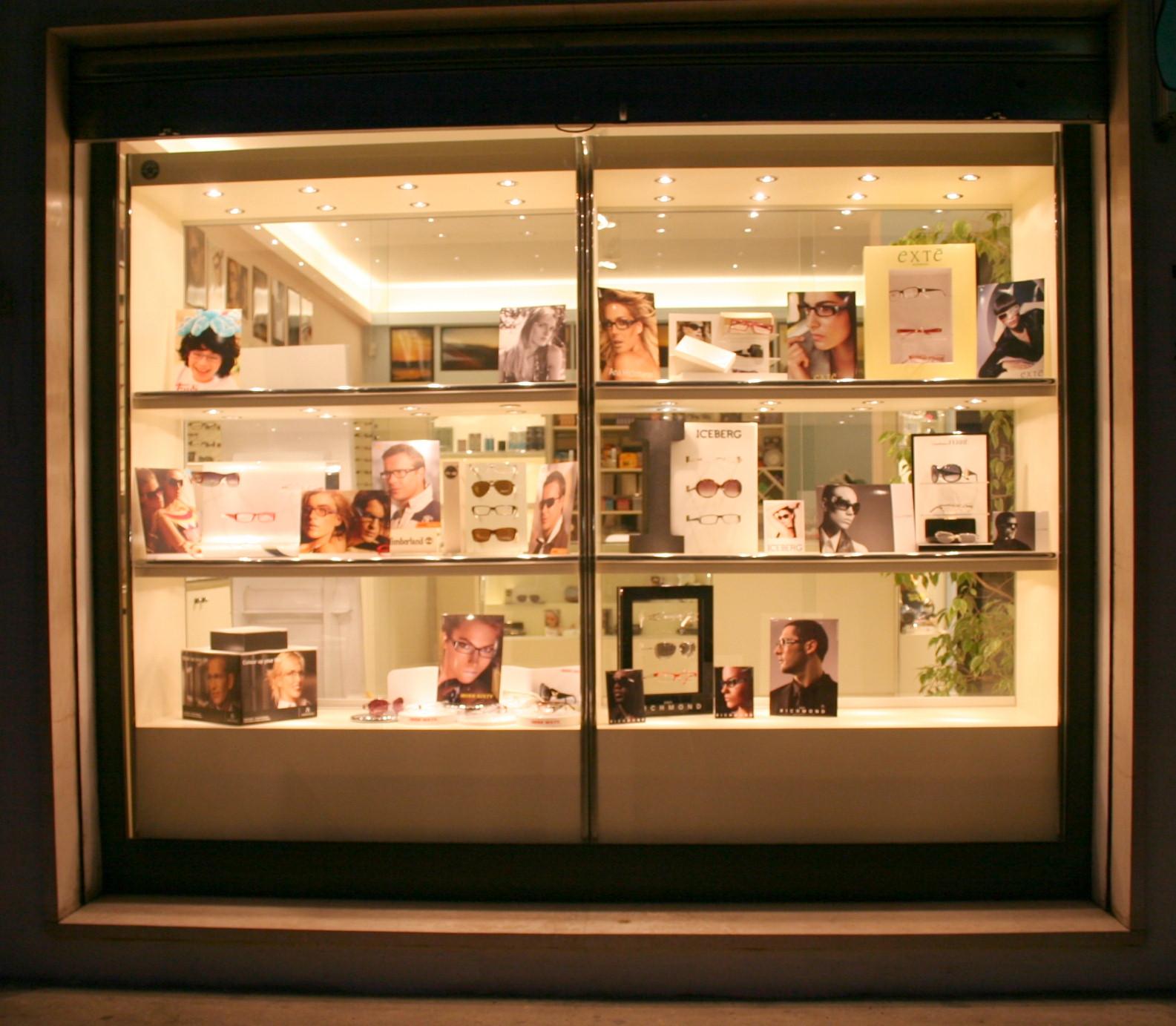 Arredamenti per ottici compra in fabbrica espositori per for Arredamento vetrine